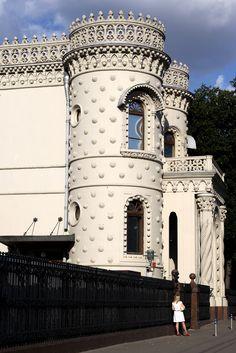 """Moscow  -"""" Дом дурака """" - дом построил Арсений Морозов , подсмотрел основу в Португалии. Его мать сказала о доме  """" То. что ты дурак я одна знала , а теперь об этом знает вся Москва """" Настолько отрицательно приняли этот дом."""