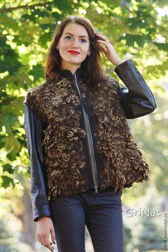 Купить или заказать Куртка'Пряная осень' в интернет-магазине на Ярмарке Мастеров. Эксклюзивная авторская куртка из войлока и кожи. Жилет выполнен в технике мокрого валяния. Использована шерсть меринос и цельноваляный мех из флиса овечек породы шетланд. Вставки на воротнике, отделка и рукава из очень мягкой натуральной кожи. Подкладка из вискозы.Внутренний карман. Застёжка на молнии. Без повтора. Если желаете быть в курсе новинок, рекомендую подписаться на рассылку обновлений моего магазина…