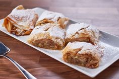 Prepared with raisins, walnuts, cinnamon and icing sugar, this flaky apple strudel is guaranteed to render you speechless after the first bite. Gourmet Recipes, Baking Recipes, Apple Recipes, Vegan Recipes, Mary's Kitchen, Pasta Filo, Mary Recipe, Apple Strudel, Phyllo Dough