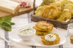 I pancakes salati alle erbe sono morbide frittatine insaporite dalla pancetta, ideali per una colazione all'americana, serviti con una crema delicata.