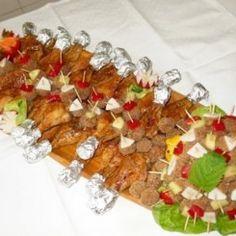 Sült csirkecombok és fasírtfalatkák fatálon Jamie Oliver, Sushi, Ethnic Recipes, Food, Lemonade, Essen, Meals, Yemek, Eten