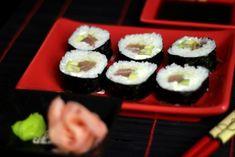 I kolejny przepis na Sushi, tym razem Sushi Maki z Tuńczykiem - Proste w przygotowaniu, które nie wymaga od początkujących dużej wprawy. Łatwo dostępne składniki, prostota zwijania to atuty naszego przepisu, Napisz jak ci Smakowało :) Maki, Ethnic Recipes, Food, Essen, Meals, Yemek, Eten