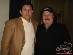 En la foto están dos grandes, el de saco café claro es el director de Televisa Monterrey Eugenio Azcárraga y a su lado vemos al representante y empresario Servando Cano, quien maneja las carreras de artistas como Ramón Ayala y Los Bravos del Norte, Los Tigres del Norte, Pesado, Duelo y muchos artistas más. Ambos …