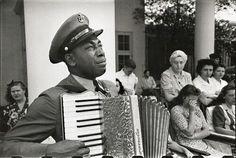 En 1945, cet accordéoniste pleure lors les funérailles du président Roosevelt…