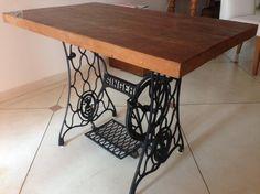 Mesa com pé de máquina de costura