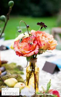 Pink garden roses and chocolate cosmos in a yellow colored vase. These accent centerpieces down a kings table is perfect when you don't want tall centerpieces. Location Nestledown @janaeshields @everyelegantdet #gardeninspired
