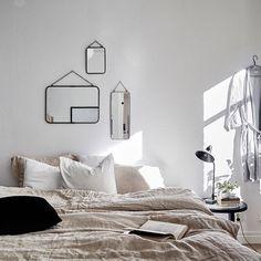 Värmlandsgatan 24 A | 2 rok, 46.7 kvm  Lägenheten bjuder in till umgänge, och vardagsrummet och köket är i enhet i en öppen planlösning. Kvadratmeterna är väl fördelade, och i det rymliga sovrummet erbjuds utmärkta förvaringsmöjligheter från golv till tak i form av en hel garderobsvägg. Rummen har djupa fönsternischer, och taken ramas in av stuckatur. Skicket är mycket gott, och 2014 lät man totalrenovera badrummet samt måla om väggar, tak, golvlister och fönsterfoder i vardagsrummet, köket…