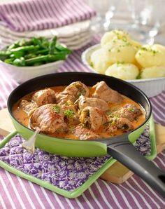 Ett recept men tunna schnitzlar fyllda med knaperstekt bacon, örter och lök. Allt får koka ihop i en gräddig sås. Det kan inte bli så mycket bättre!