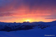 カナダの雪山での夕日。