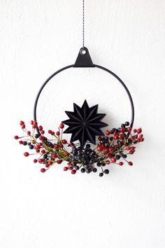 Dieser schöne #türkranz bringt den Winter in das Zuhause von Community-Mitglied cozyday! Entdecke noch mehr Wohnideen auf COUCH #living #wohnen #wohnideen #einrichten #interior #COUCHstyle #winterdeko #weihnachtsdekoideen #diyideen