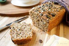 Power Brot voller Körner, Sonnenblumenkernen, Leinsamen, Kürbiskernen, Sesamsamen und Chia Samen, Griechischer Joghurt, Apfelmus un Honig