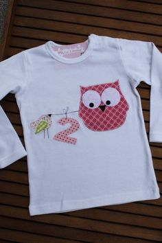 Liebevoll gestaltetes Langarmshirt aus reiner Baumwolle in weiß. Vorne sind eine niedliche Eule aus pink-rosa geblümter Baumwolle , ein Spatz und...