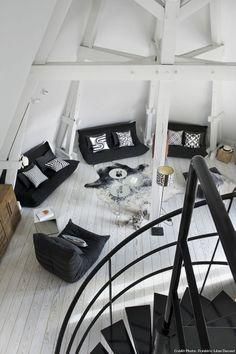 Vue circulaire du salon dans ce loft à Paris