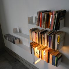 Led wall light TEElight by TEEbooks The TEElight lamp is a led wall light designed to go with the TEEbooks wall shelves thanks to its two magnets.The arm of the lamp takes 28 LEDs. Library Cafe, Contemporary Shelving, Floating Bookshelves, Prep Kitchen, Led Wall Lights, Cat Treats, Wall Shelves, Bookcase, Art Pieces