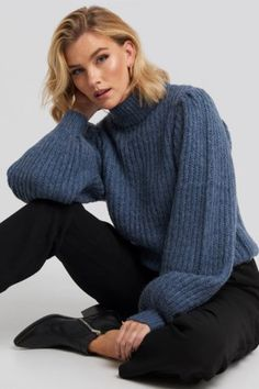 This sweater features a cozy, knitted material, puffy long sleeves, a high neck, a ribbed hem and a ribbed cuff. Knit Sweater Outfit, Pullover Outfit, Modest Fashion, Fashion Outfits, Fashion Fall, Slacks Outfit, Student Fashion, Models, Cute Casual Outfits