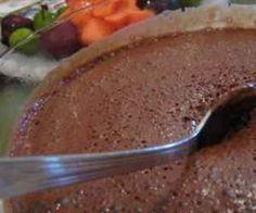 Ingredientes: 1 tablete de chocolate meio amargo (daqueles de 180g) , 1/4 de xícara de água bem quente , 1/2 xícara de creme de leite , 1/2 colher de chá de essência/extrato de baunilha (opcional) , 1 ovo