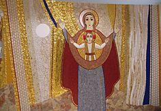 La mère de Dieu en position d'Orante. Chapelle de la maison du clergé, Požega – Croazia, 2007. © Aimable concession du P. Marko Rupnik, Centro Aletti, Rome.