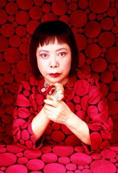 Yayoi Kusama (草間 彌生, Kusama Yayoi?, parfois écrit 草間 弥生) est une artiste contemporaine japonaise, avant-gardiste, peintre, sculptrice et écrivain. Elle est née le 22 Mars 1929
