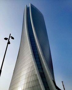 Oggi ce ne stiamo con lo sguardo verso l'alto... #milanodavedere foto di : @nankurunaisa89 Milano da Vedere