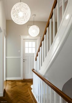Super mooie hal met donkere wand en wit lakwerk en natuurlijk maakt de cementtegel het - Kleuren muur toilet ...