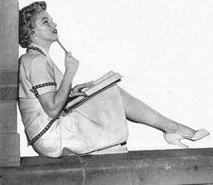 Marilyn Monroe busy studying outside Royce Hall at UCLA, Marilyn Monroe Painting, Marylin Monroe, Royce Hall, Nickolas Muray, Bombshell Beauty, Columbia Pictures, Norma Jeane, Bombshells, Beautiful Actresses