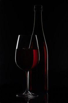 Red Wine Bottle And Wine Glass On Black Background – Verre et de vitrailes Wine Painting, Light Painting, Glass Photography, Still Life Photography, Verre A Vin Design, Wine Glass, Glass Art, Black And White Art Drawing, Rim Light