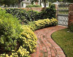 Den Gartenweg bepflanzen mit Blumen und Sträuchern