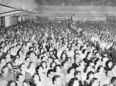 A força da Rádio Farroupilha em 1950 | Almanaque Gaúcho A plateia do Cine Castelo ocupada para um show de Francisco Alves