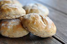 Roggen Burger Buns sind eine rustikale Alternative zu den üblichen Burgerbrötchen aus hellem Weizenmehl. Es ist jedoch nicht ganz einfach aus dunklem Mehl ein softes und luftiges Brötchen zu backen…