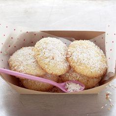 #Kokos-Cookies: 100 g Mehl, 1/2 TL Backpulver, 100 g Kokosraspel, 100 g weiche Butter, 100 g Zucker, 1 Prise Salz, 1 zimmerwarmes Ei (M), Puderzucker zum Bestäuben (nach Belieben)