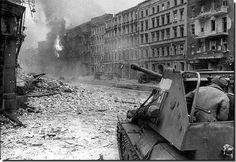 Un canon automoteur soviétique SU-76 se déclenche dans un combat de rue de Berlin. Avril 1945 A Soviet SU 76 self-propelled gun fires in a Berlin street fight. April 1945