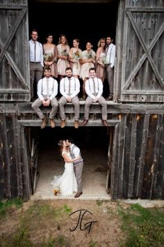 Rustic country wedding photography ideas with the whole bridal party. This is a more fun and casual kind of photography for your wedding.