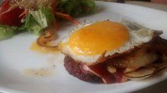 Filete ruso con cebolla, bacon y huevo frito.Tahona Artesanal Gourmet Bilbao.