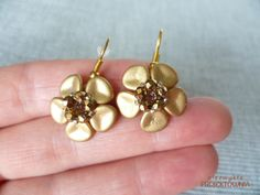 Małe kwiatowe błyskotki :)  #kolczyki #kwiatki #brązowe #kryształki #FirePolish #earrings #brown #flowers #trinkets #bijou #beading #followme https://www.facebook.com/NiezwyklaProjektownia