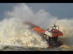 KNRM Katwijk Eerste herfst-stormoefening met reddingboot De Redder 2014. Woensdagmiddag 22 oktober 2014 heeft de bemanning van KNRM Katwijk geoefend met de reddingboot 'De Redder'.  De bemanning koos rond drie uur het ruime sop en ging oefenen op het branding varen. De golf hoogte varieerde tussen de 3 en 4 meter hoog.  De bemanning kijkt terug op een leerzame oefening.