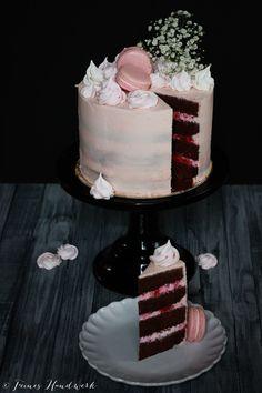 Feines Handwerk Himbeere Quark Torte, raspberry cake, macarons, foodphotography
