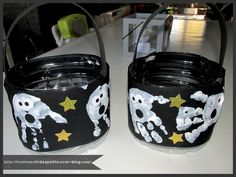 - aujourd'hui les loulous ont réalisé leur sac de friandises pour halloween , a partir d'un bidon d'eau, de papier noir et de peinture blanche ... - couper le bidon d'eau a mi-hauteur , une feuille de couleur noir A4 en 2 , faire les empreintes des mains...