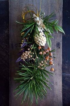 昨日cross×lab さんへお正月のお飾りを納品しました。フェイクの牡丹を使ったしめ縄リース。フェイクの菊の花を使ったしめ縄リース。コウヤマキの松ぼっく... Christmas Window Display, Christmas Swags, Dried Flower Wreaths, Dried Flowers, New Years Decorations, Christmas Decorations, Japanese Flowers, Xmas Holidays, Diy Wreath