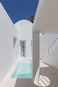 The vaulted forms and underground caves of an old Santorini house have been converted into two holiday residences in Fira by Kapsimalis Architects. Santorini House, Santorini Greece, Santorini Island, Myconos, Piscina Interior, Neon Licht, Interior Design Minimalist, Greek House, Villa