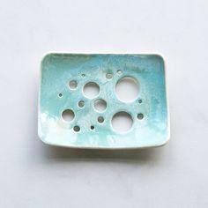 Plat de savon bulle trous avec aqua glacis. Blanc par VanillaKiln