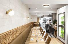 No décor deste pequeno restaurante parisiense, a designer de interiores Charlotte Biltgen fez questão de explorar todos os pormenores