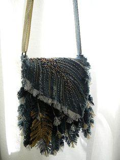 Denim Feather shoulder bag | Flickr - Photo Sharing! Jean Purses, Diy Bags Purses, Denim Ideas, Denim Crafts, Art Bag, Handmade Purses, Boho Bags, Denim And Lace, Denim Bag