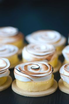 Lemon Meringue Tarts - How cool! | Food Styling | Food Photography | #foodstyling www.foragekitchen.com Lemon Meringue Tartlets, Lemon Meringue Cookies, Meringue Desserts, Lemon Meringue Cheesecake, Lemon Curd, Delicious Desserts, Fancy Desserts, Fancy Cakes, Just Desserts