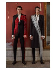 Brush-stroke inspired single-breasted jackets and cigarette trousers. From the Alexander McQueen Spring/Summer 2019 menswear collection. High Fashion, Mens Fashion, Fashion Outfits, Fashion Trends, Alexander Mcqueen Couture, Facon, Looks Style, Mode Style, Couture Fashion