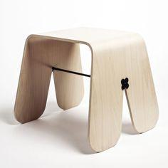 Stołek Królik wykonany z giętej sklejki, zaprojektowany dla firmy Brambla, może służyć jako stolik nocny. Fot.UAU Project dla Brambla