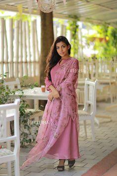 Stylish Summer Outfits, Summer Fashion Outfits, Stylish Dresses, Casual Dresses, Indian Fashion Dresses, Indian Designer Outfits, Designer Dresses, Churidar Designs, Kurta Designs Women