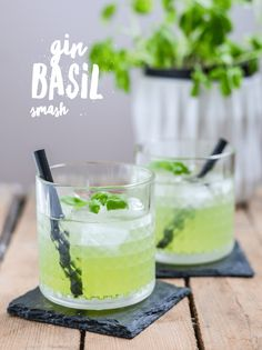 Rezept für Gin Basil Smash in grün und ohne Muff Gin Basil Smash: Recipe for the gin classic that must not be missing from any good bar. Basil gives the cocktail a tart and refreshing taste Fruity Cocktails, Fruit Drinks, Drinks Alcohol Recipes, Non Alcoholic Drinks, Cocktail Drinks, Yummy Drinks, Cocktail Recipes, Drink Recipes, Gin Basil