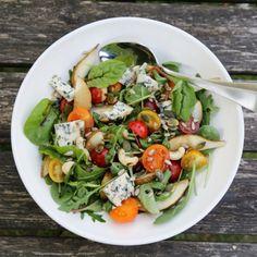 I sommerens salater putter jeg gjerne frukt eller bær. Det ser lekkert og fristende ut – og smaker dessuten veldig friskt og godt. Det smaker også godt med noe som gir litt «tyggemotsta…