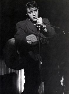★ Elvis ☆ - elvis-presley Photo Terry: Some songs were so sad that it even made Elvis almost break out into tears. Elvis Presley Images, Sun Records, Young Elvis, John Lennon Beatles, Buddy Holly, Lisa Marie Presley, Chuck Berry, Graceland, Rock N Roll