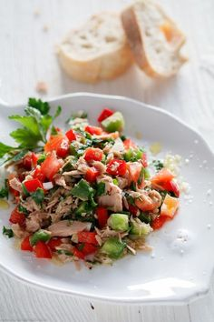Thunfisch Salat mit Tomaten und Paprika – www.emmikochteinf… Tonfisksallad med tomater och paprika – www. Easy Chicken Recipes, Salmon Recipes, Raw Food Recipes, Fish Recipes, Asian Recipes, Snack Recipes, Healthy Recipes, Shrimp Recipes, Avocado Recipes